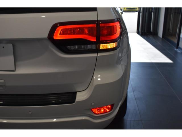 アルティテュード 全国限定135台 HIDヘッドライト LEDフォグライト ハーフレザーシート パワーシート Bluetooth接続 ブラックアクセントJEEPバッジ 純正ブラック20インチAW(37枚目)