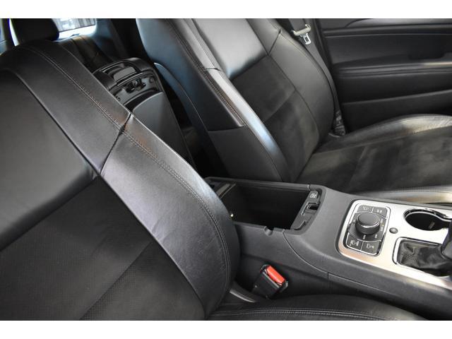 アルティテュード 全国限定135台 HIDヘッドライト LEDフォグライト ハーフレザーシート パワーシート Bluetooth接続 ブラックアクセントJEEPバッジ 純正ブラック20インチAW(55枚目)