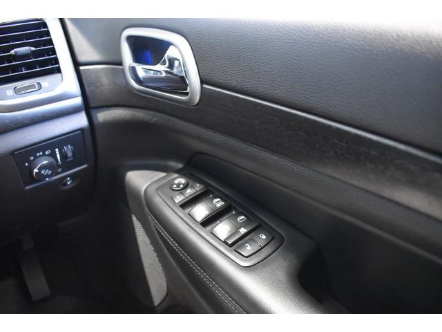 アルティテュード 全国限定135台 HIDヘッドライト LEDフォグライト ハーフレザーシート パワーシート Bluetooth接続 ブラックアクセントJEEPバッジ 純正ブラック20インチAW(66枚目)