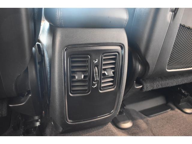 アルティテュード 全国限定135台 HIDヘッドライト LEDフォグライト ハーフレザーシート パワーシート Bluetooth接続 ブラックアクセントJEEPバッジ 純正ブラック20インチAW(67枚目)
