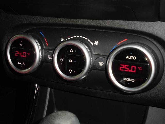 エアコン表示パネルと調節ダイヤルです。左右独立で温度設定が可能なのは嬉しい装備ですね♪ダイヤルでラクラク操作♪