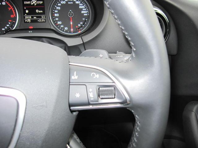 インフォーメーションディスプレイの表示スイッチです。その後ろにはパドルスイッチがあります。ステアリングかた手を離さずにシフトチェンジが可能です!