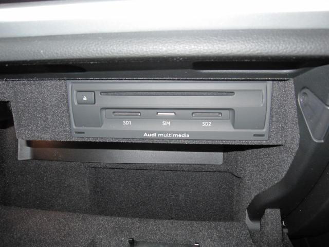 SDカードやCDは助手席ダッシュボートの中です!SDスロットがあるので、パソコンから音楽を落として車で楽しむことができますね!