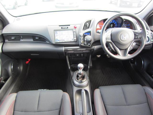 内装全体の写真です。ドライバー、助手席、後部座席、全体的に統一感のあるまとまったデザインになっています
