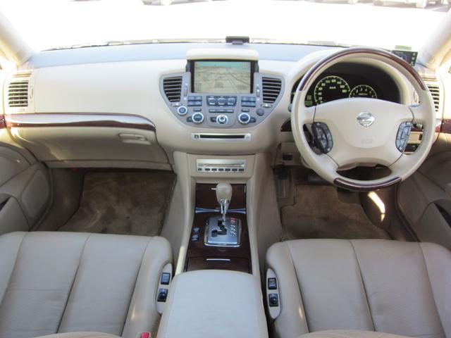 ベージュ革のシートは座面も厚くフカフカのシートです♪ウッドパネルもあしらわれていて高級感がある車内になっています!