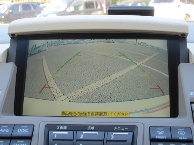 ガイドライン付きのバックカメラは慣れない場所での車庫入れが安心です!ボディサイズも大きな車なのでなおさら助かります!