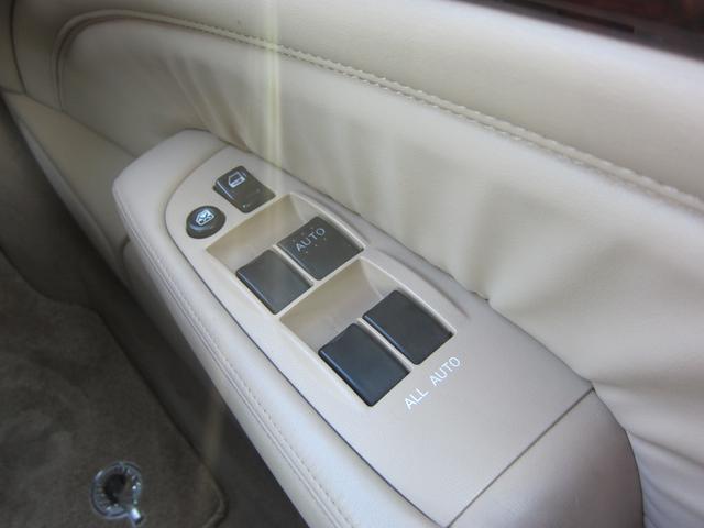 パワーウィンドの操作スイッチですが、ドアの内張りにもレザーが張られていて高級感が有ります!ドアも厚く、走行中の車内もとても静かです。
