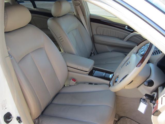 車内は広々とした余裕があります!シートの間には肘掛もあり、ロングドライブにでも疲労軽減が期待できますね