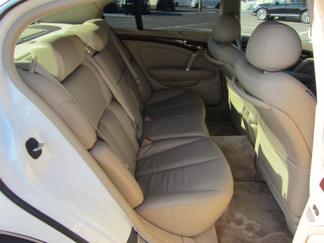 リアシートはまさに特等席です!分厚いシートは長時間座っていても疲れにくい形状になっています!もちろん真ん中には肘掛兼ドリンクホルダーも付いてます