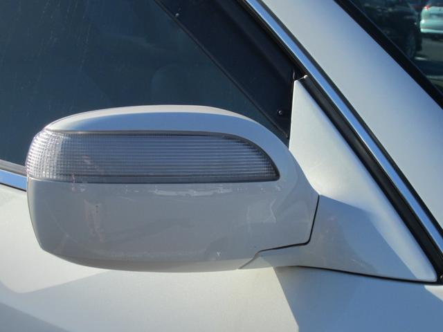 大き目のミラーとウインカー付きのサイドミラーです。視認性も良く、安全面でも優れた装備になります。