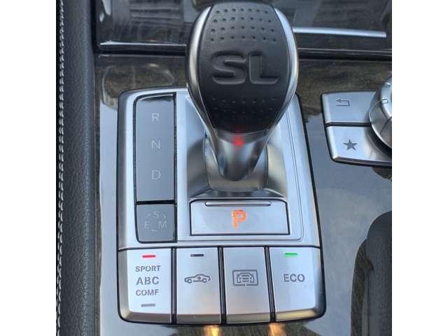 落ち着いた色使いの運手席。上品な色使いで飽きのこないスッキリしたデザインがいいですね。ドライブのときに、いつもみているのは、気に入った外観ではなく運転席。リラックスできるデザインがいいですよね