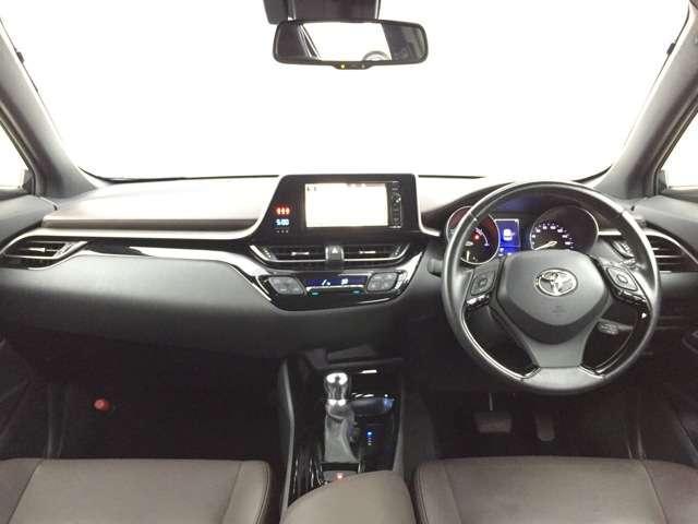 【運転席まわり】 内装は高級感と機能美を併せ持った運転席まわりです。まるで自宅に居るようにリラックスできます!見やすいメーターとスイッチ類もいいですね♪