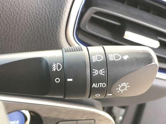 【オートライト】 暗くなると自動でライトが点灯し、安全運転を手助け!