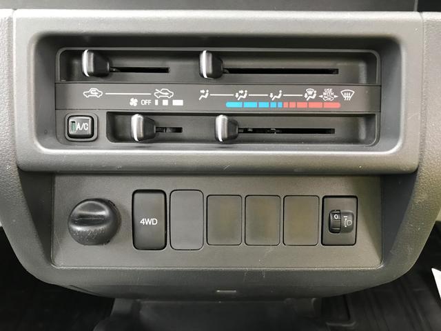操作しやすいマニュアルエアコンと4WD切替スイッチ