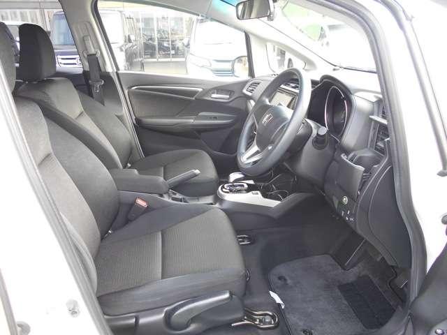 座り心地も良い運転席・助手席シート!足回りも広いです。