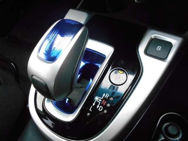 ハイブリッド車特有の小型セレクトノブは軽いタッチでスマートに操作可能です。