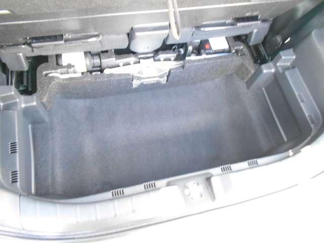 ベンチシートタイプですので、狭い駐車場などで助手席から降りることができるので便利です(*^-^*)格納式アームレストも嬉しいアイテムですね♪