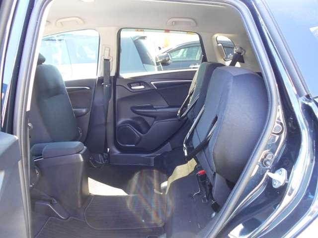 リヤシートの座面クッションを、上にあげて固定することが出来ます!横にしたくない荷物、例えば観葉植物やベビーカーをのせる時に便利ですよ(*^-^*)