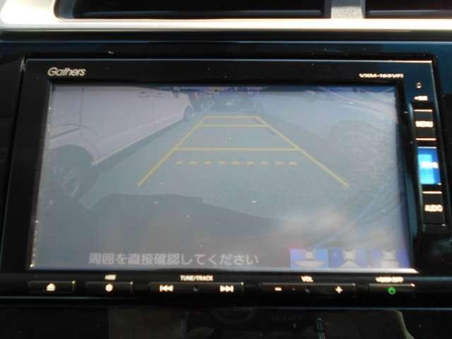 バックカメラの画像です。ガイドラインがスムーズな車庫入れをサポートいたします。