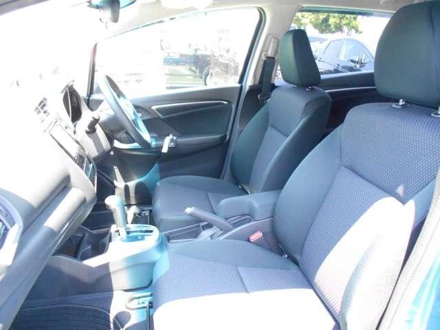からだを包み込むような形状で、ホールド感のあるフロントシート。しっかりと支えてくれるので、長時間の運転を快適にサポートしてくれます。足元もゆったりとしていますのでおくつろぎいただけます。