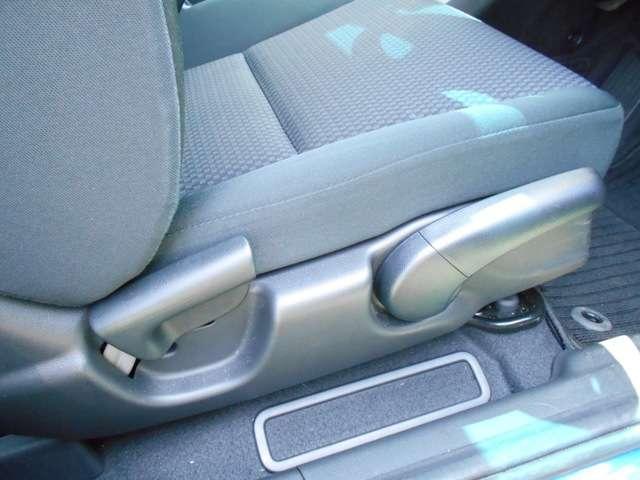 運転席には座面の高さを調整できる≪ハイトアジャスター≫を装備しております!ご主人様と奥様など、運転される方の体格によってシートポジションを調整できますので便利ですよ!