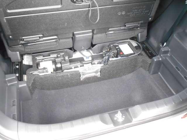 ラゲッジルームに収納スペースを確保。普段使う道具などここにしまっておけば、荷室はいつもスッキリしますね。