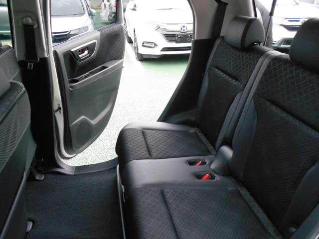 2列目シートもゆったり快適に座っていただけますので、後部座席にお乗りの方も楽しくドライブに参加していただけますよ!