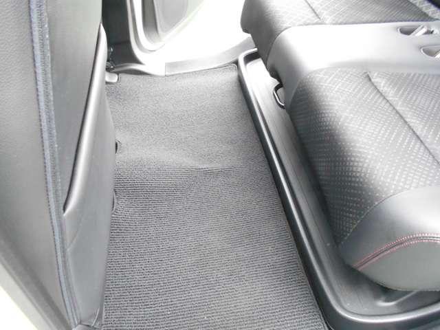 ≪リアシートアンダートレイ≫傘、ブーツなどを収納しておくと、荷室がいつもスッキリ!急に人を乗せるときも邪魔なものがパパッと隠せて便利ですよ!