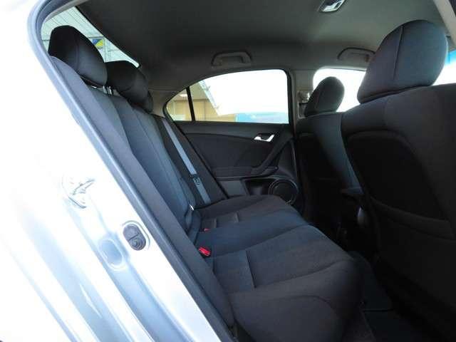 心やすらぐ快適な乗り心地を追求。前席だけでなく、後席に乗車する方も快適なドライブを愉しめます。