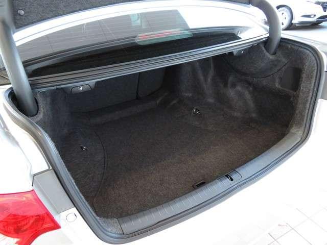 開口部形状を工夫し大容量かつ荷物の出し入れがしやすいトランクルームを実現☆☆☆長さのある荷物も余裕で積み込めます◎
