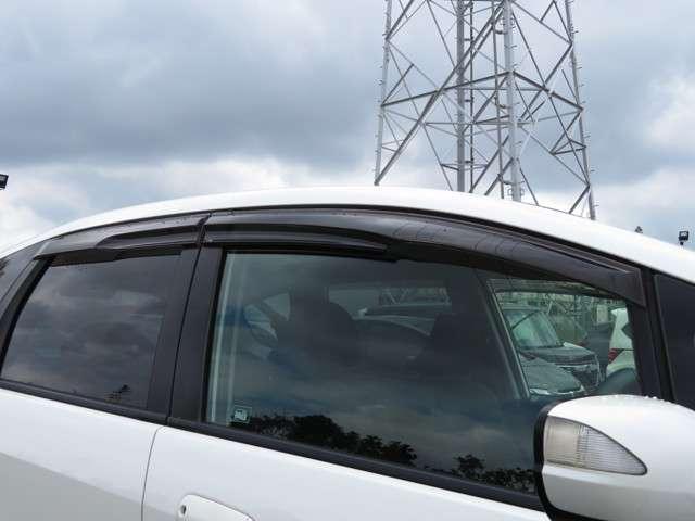 雨の日の換気に便利なドアバイザー装備車両◎雨の日のドライブに役立つ装備です◎これからの梅雨の時期に役立ちます◎