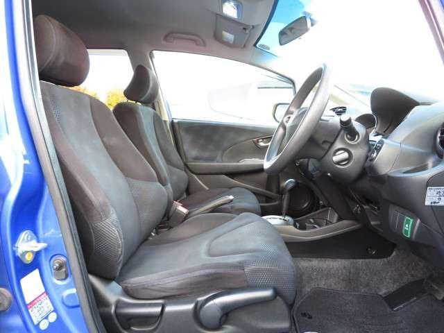 フロントシートは広々セパレートタイプで運転席は高さを調整できるハイトアジャスター付!!お好みのドライビングポジションに変更可能です◎
