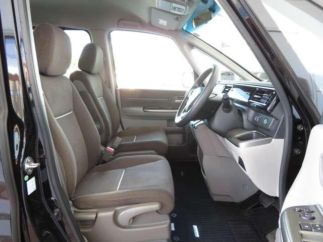セパレートタイプのフロントシート☆運転席にはハイトアジャスターが付き♪ドライビングポジションの設定がスマートに調整可能です◎前後シート間のウォークスルーも可能です♪