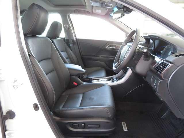フロントシートには電動パーワーシートを採用★シート前後のスライド・リクライニングの角度、高さを電動で調整可能です★