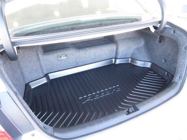 バッテリー位置や開口部形状を工夫し★ハイブリッド車ながら大容量かつ荷物も出し入れがしやすいトランクルームを実現★★★