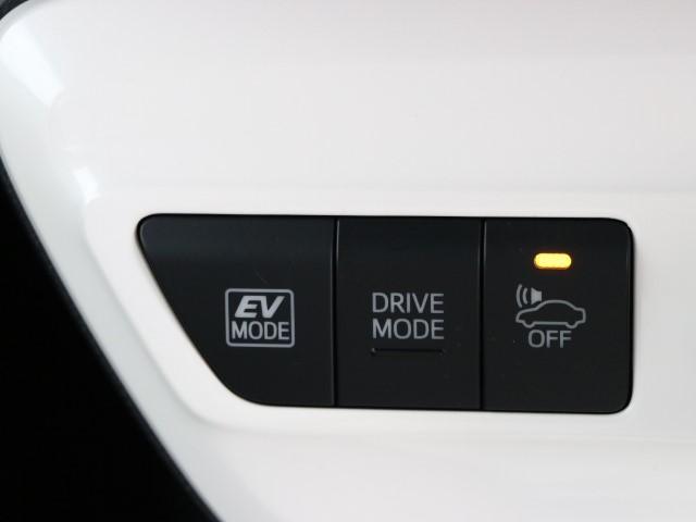 ハイブリッドならではの装備。EVスイッチを押すとモーターのみの走行が出来ますよ。 モーターで駆動するのでガソリンエンジンと比べると静かなので、早朝や深夜など大きな音を出さずに運転できます。