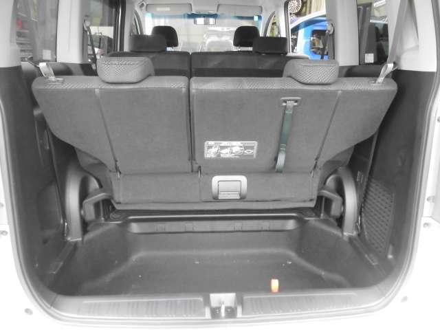 シート引上げ時のトランクのお写真です。床下が深い為荷物も入ります。
