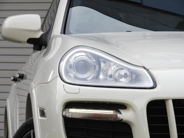 綺麗な外装色ホワイトにGTS専用エクステリア&21インチ911ターボデザインホイール、レッドペイントブレーキキャリパーが迫力有るエクステリアを演出!!