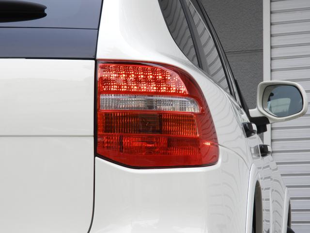 SUV特有の使用感はとても少なく室内は落ち着いたブラックアルカンターラで仕上がったGTS専用インテリアに希少な電動ガラスサンルーフや