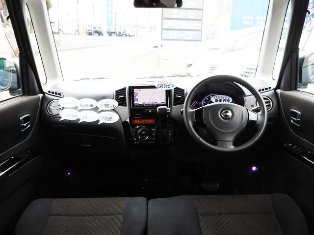 ブラック基調で統一したスポーティーな室内インテリア!軽自動車とは思えないくらいの質感の高さがありますし、飽きの来ないデザインですからきっと長〜くお使い頂けますよ〜!