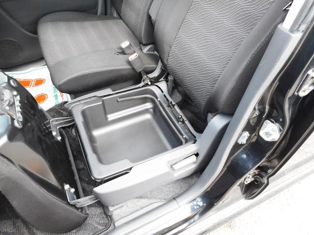 限られた空間なので、こんなちょっとしたスペースが案外と便利です!助手席下の小物入れは意外と容量があってとっても便利!洗車用具やあまり使わないものはここに収納すれば室内スッキリ!