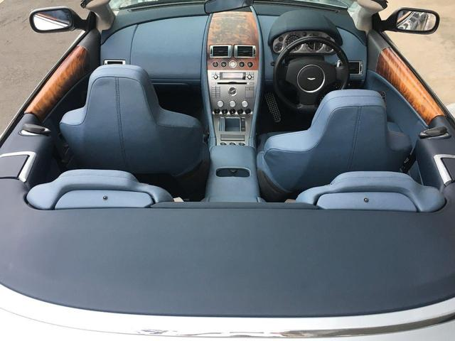 本革巻きのステアリングは小ぶりで、どなたでも運転がしやすい設計となっております。パドルシフトも搭載。