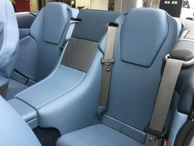 後部座席の背もたれは固定ですが、角度が付いているため安定感はございます。