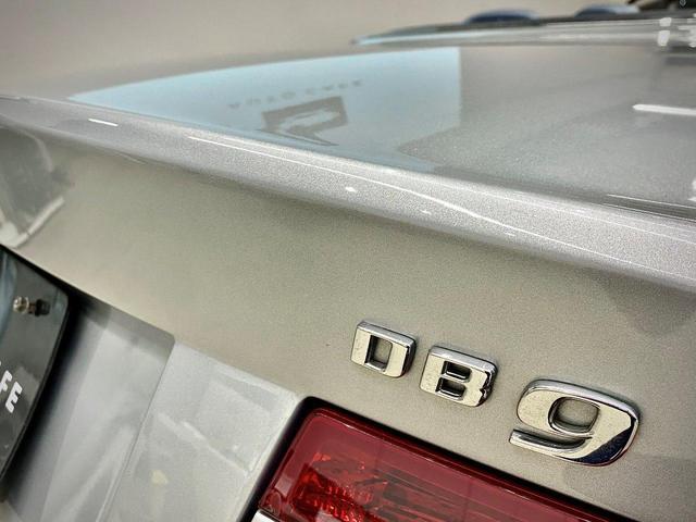 DB9のエンブレム。