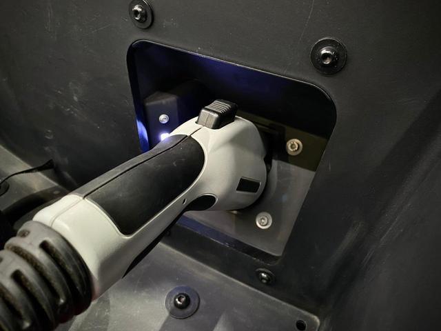 ボディーカラーの【プロトニックブルー】に合わせ、シートもツートンカラーでまとまり感のあるインテリアとなっております。