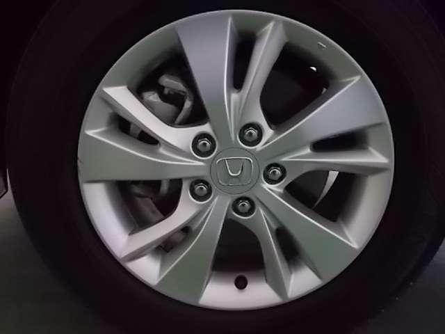 16インチアルミ付きで足元から車を軽快にスタイリッシュに見せてくれます。
