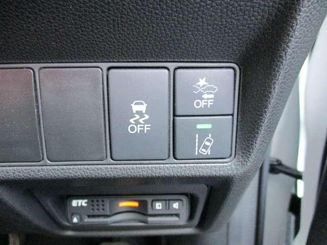 [ VSA (ABS+TCS+横すべり抑制) ]すべりやすい道や、障害物・割り込み車を避けるため急ハンドルを切った時に起こりがちなクルマの姿勢の乱れを抑制し、運転にゆとりをもたらします。