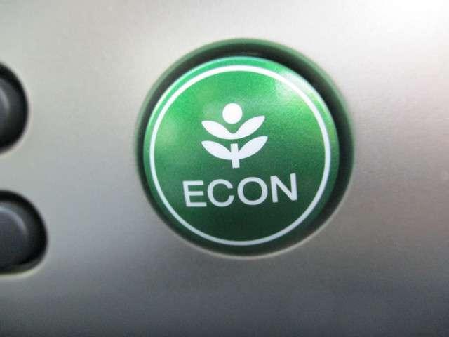ECONスイッチ(ECONモード) エンジンだけでなくエアコンなども含めてクルマ全体を燃費優先で自動制御するECONモード。早く車内を涼しくしたい夏場など、空調を優先したい時には、スイッチを押してOF