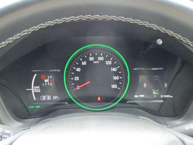 インフォメーションディスプレイ走行距離のほか平均燃費、瞬間燃費、推定航続可能距離などを表示できます。時計表示も装備。