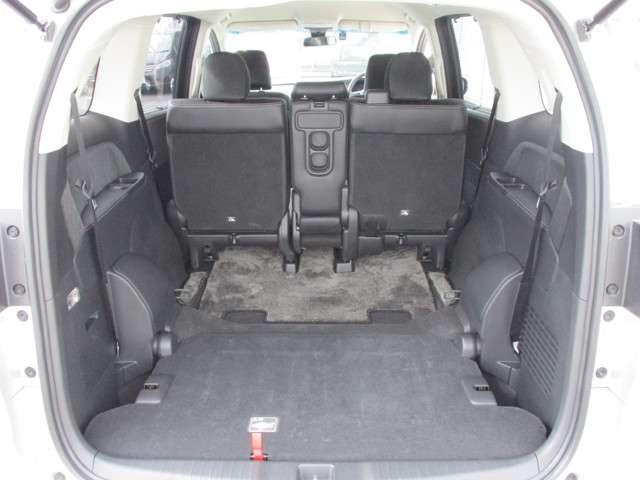 後席を倒せば更に広い荷室スペースを確保することが出来ます!